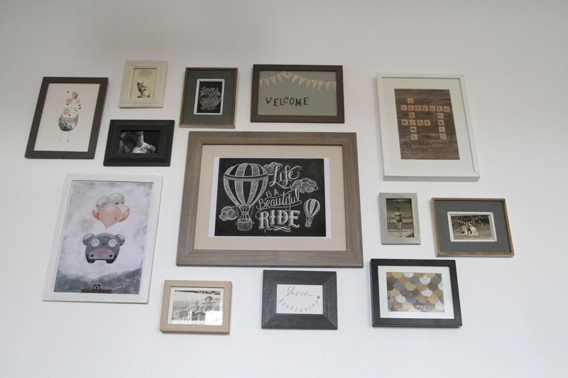 un mur des cadres et surpriiise debobrico. Black Bedroom Furniture Sets. Home Design Ideas